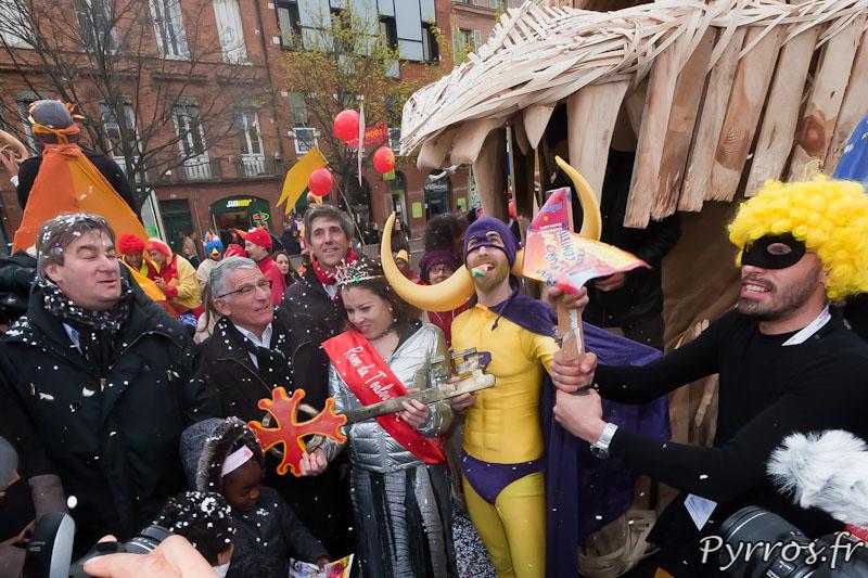 Mr le Maire Pierre Cohen remet les cles de la ville à la reine du Carnaval et à Mister