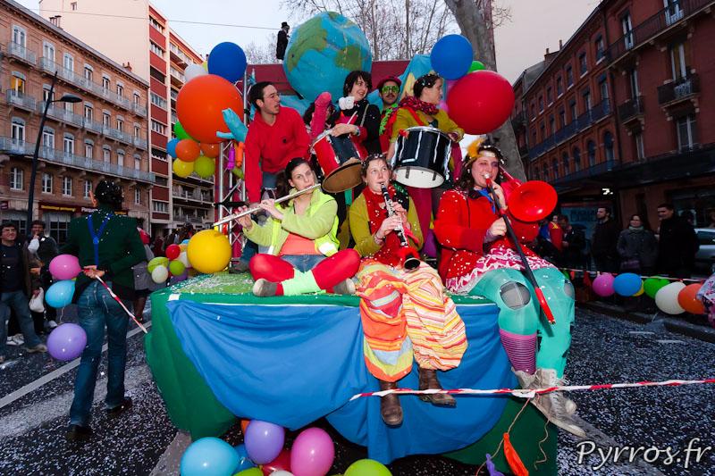 groupe de musique a l'arriere d'un char du Carnaval 2013