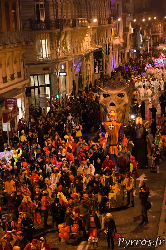 Mr Carnaval est sous bonne garde, entouré par les toulousains