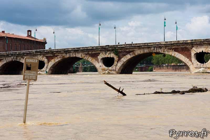 Les panneaux d'informations ont les pieds dans l'eau quand la Garonne déborde