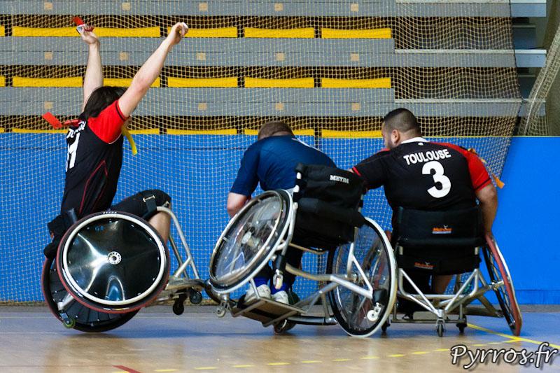 Rugby a XIII handisport, tentative d'essai avec une grosse défense des joueurs du Stade Toulousain