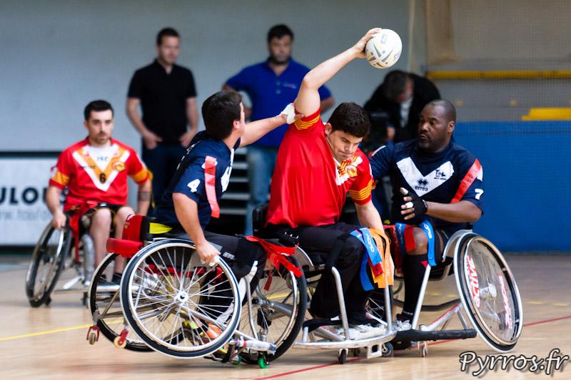 Rugby a XIII handisport, le joueur des Dragons Catalans tente un passe avant l'arrachage du flag
