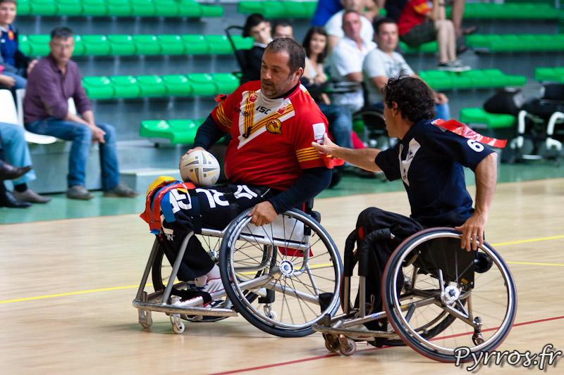 Rugby a XIII handisport, le joueur des Dragons Catalans se fait arracher le flag par le joueur toulousain