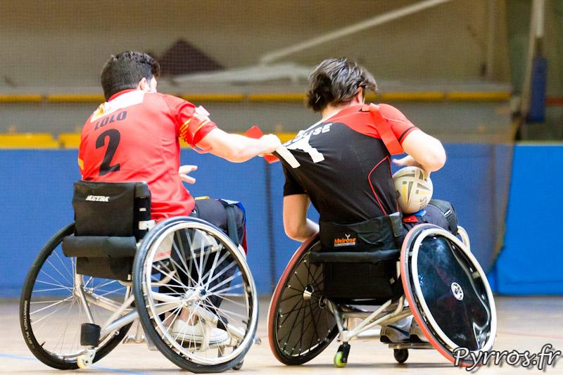 Rugby a XIII handisport, le joueur des Dragons Catalans tire le maillot lors de l'arrachage du flag