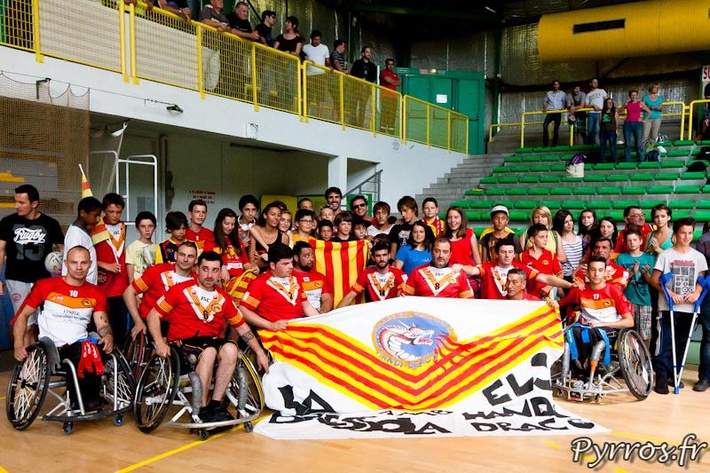 Rugby a XIII handisport, les Dragons Catalans posent avec leur supporters
