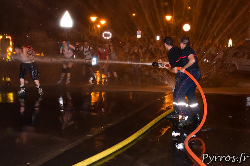 Pompiers contre patineur les combat est inégal