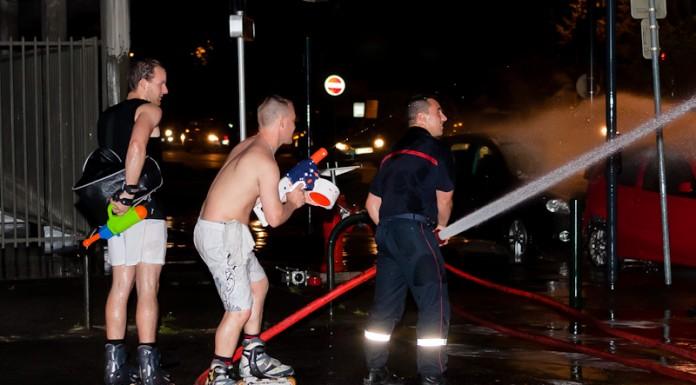 Certains randonneurs tentent de prendre les pompiers à revers