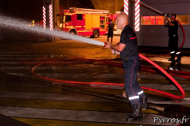 Comme à Lougnon les pompier de la caserne Vion ont sorti 2 lances à incendie pour arroser les patineurs