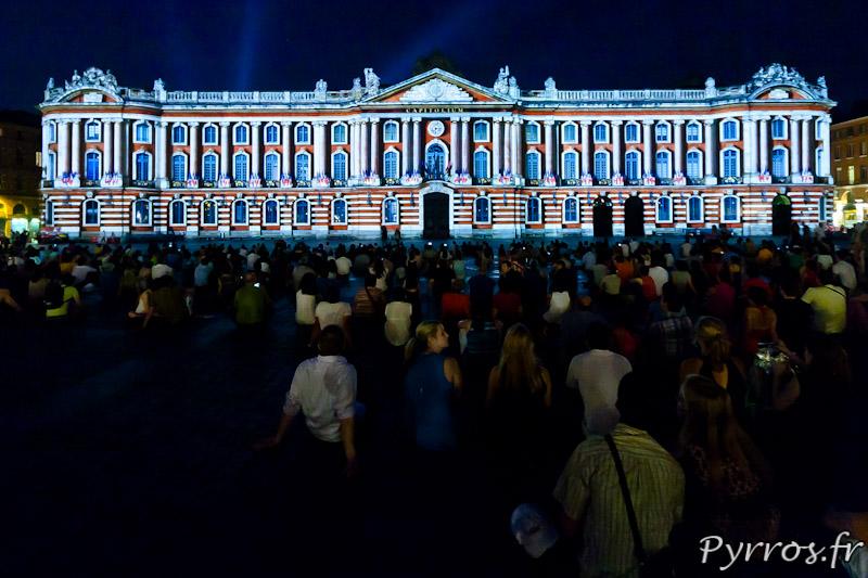 Avant la première représentation de la soirée les spectateurs sont nombreux installés place du Capitole