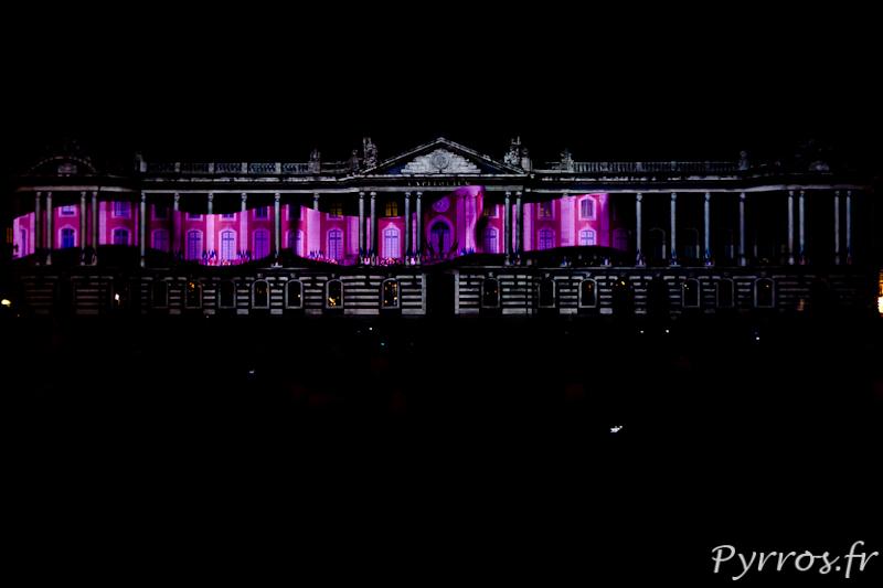 Le ruban rose envahi la façade de l'hôtel de ville