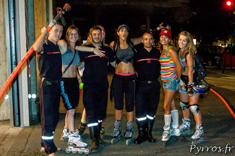 Roulez Rose organise avec l'aide des pompiers de Toulouse la rando plage à eau, à la caserne Vion les pompiers posent avec les patineuses