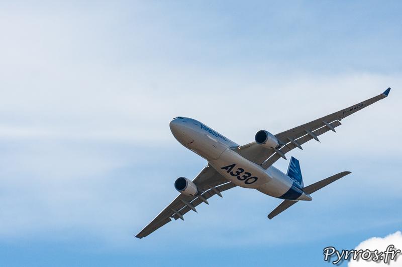 Airbus A330, sous son ventre est inscrit le modèle de l'appareil : A330