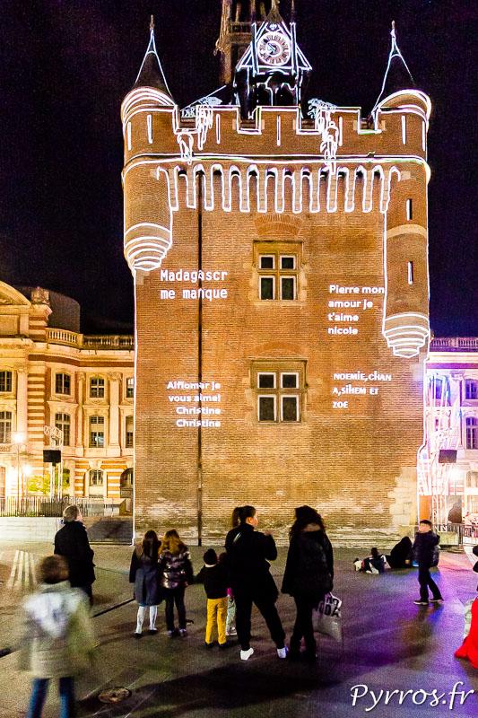 Holonpolis les SMS envoyés par le public sont affichés sur la façade du Capitole