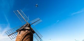 Sous le ciel bleu le moulin de Saint martin du Touch est survolé par les avions qui décollent à Blagnac
