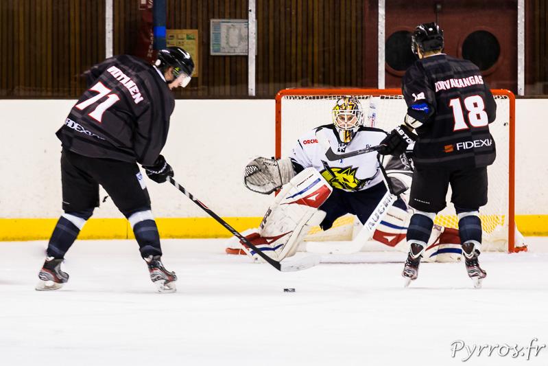 Face au gardien de Roanne Vojtech SKLIBA deux joueurs du TBHC Jussi VIITANEN (71) et Jussi KORVAKANGAS (18) tentent de marquer