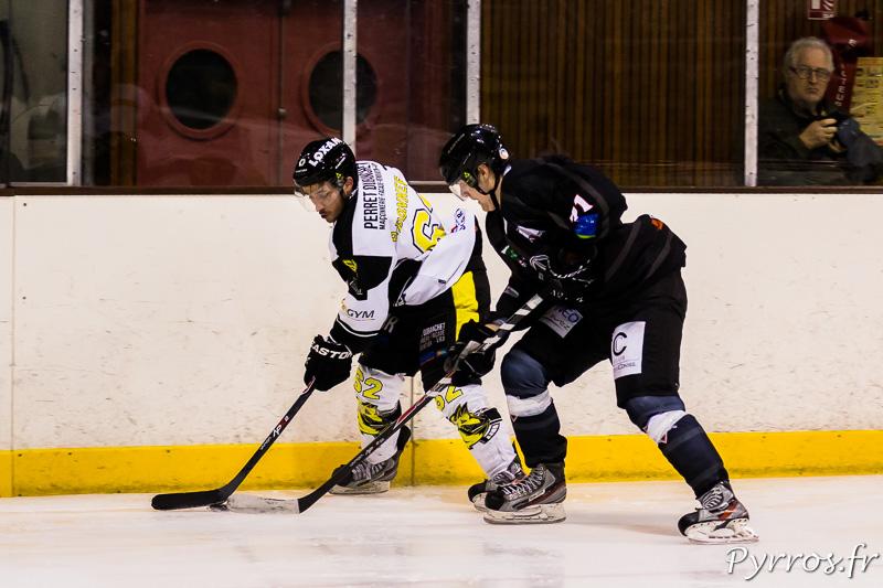 Les long de la rambarde les joueurs Jussi VIITANEN (71 TBHC) et Romain BONNEFOND (62 Roanne) se disputent le palet