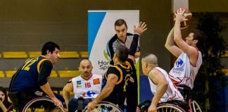 Le joueur toulousain tente un panier malgré une défense espagnole très présente