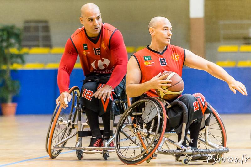 Jérôme COURNEIL (8)remonte le ballon appuyé par Manuel VAISIOA (12)