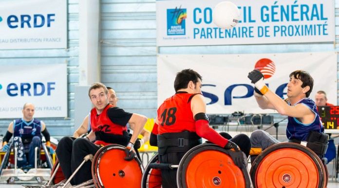 Sous le regard de Antoine TOURNIER (22), Matthieu THIRIET (18) percute Eric BERGER (3) qui vient de faire une passe