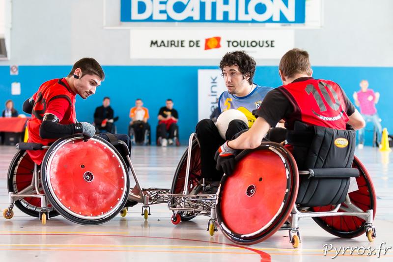Thomas CLAMON (22) et Antoine TOURNIER (10) bloquent le joueur de l'ASM Alexandre BENTO (5)