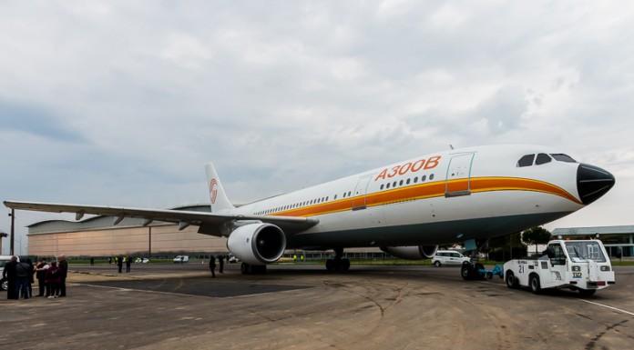 L'Airbus A300B après une manoeuve difficile pour éviter un poteau continue sa route