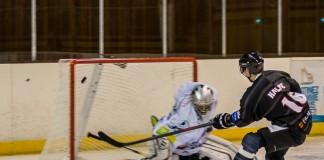 Le joueur du TBHC Santeri HALME (16) envoie la rondelle au fond des filets de Axel BECOUZE (33) pour le premier but de la soirée