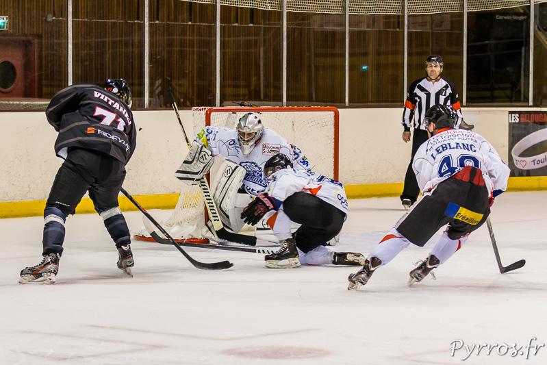 Devant les cages les joueurs du TBHC se créent de nombreuses occasion, Jussi VIITANEN (71) tente un tir