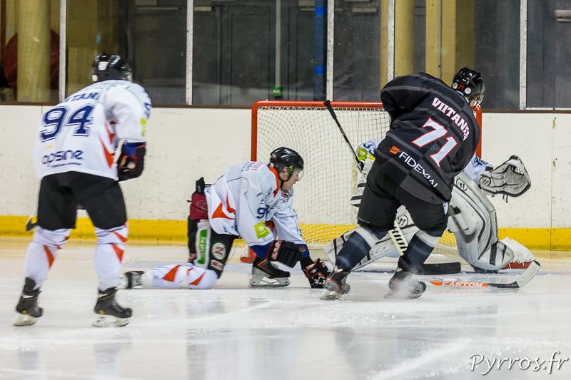 Une nouvelle fois le gardien est débordé et Jussi VIITANEN (71) du TBHC inscrit un nouveau but