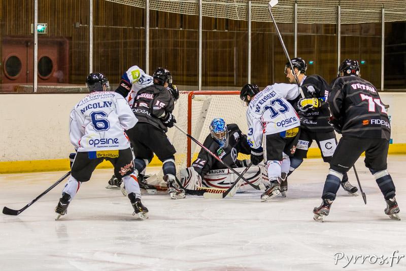 Quand les joueurs de Compiègne arrivent devant la cage toulousaine gardée par Niklas LEHTI (72) c'est la cohue