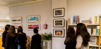 Le public découvre les photos exposées à coté des livres