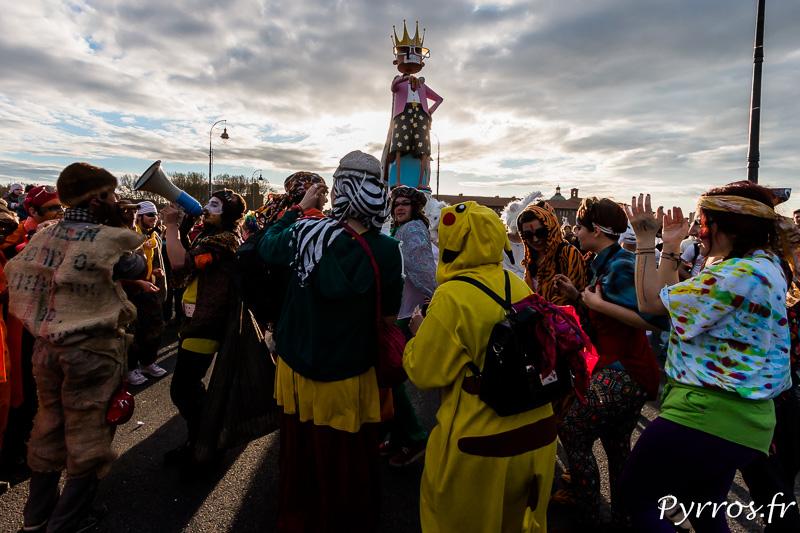 A peine arrivé sur le pont Neuf de Toulouse Mr Carnaval autorise la fête