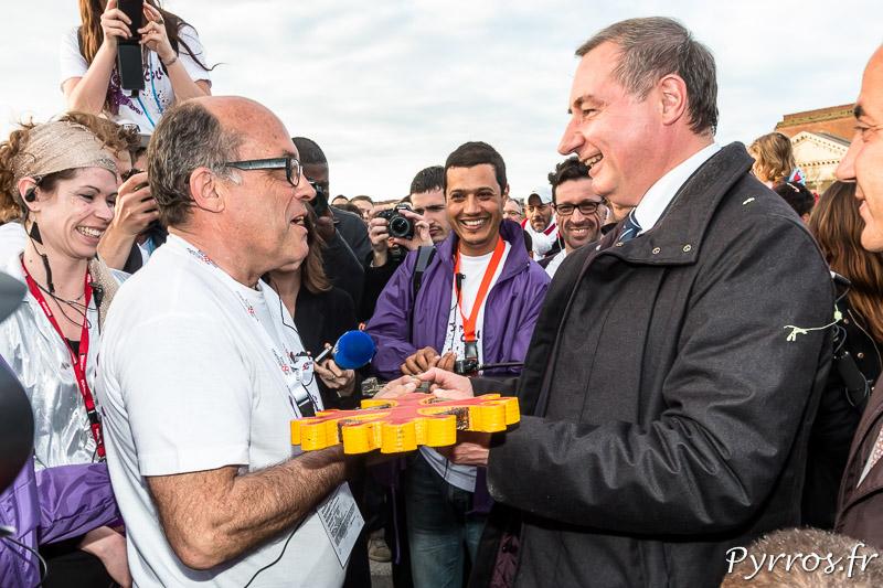Le nouveau Maire de la ville de Toulouse, Jean Luc Moudenc, remet les clés de Toulouse aux organisateurs