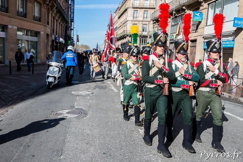Sous le regard des curieux qui ignorent bien souvent l'histoire de la Bataille de Toulouse défilent les reconstituants