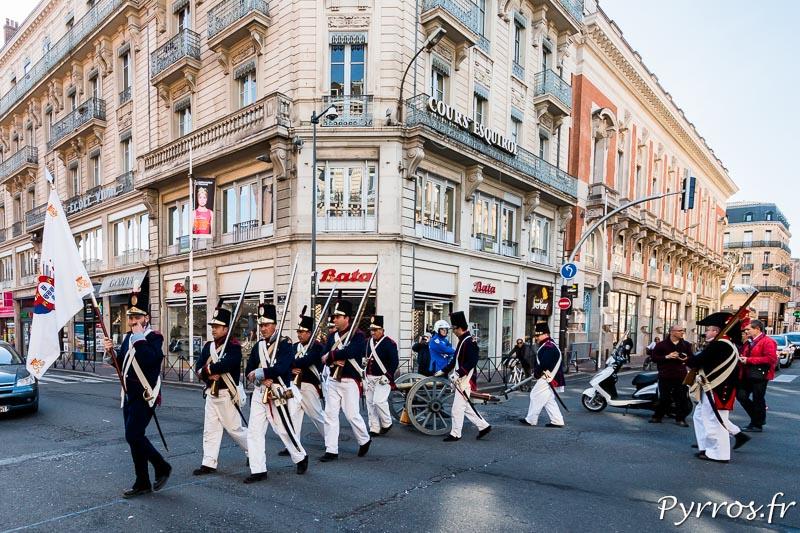 Les artilleurs portugais avec un Canon traversent la ville