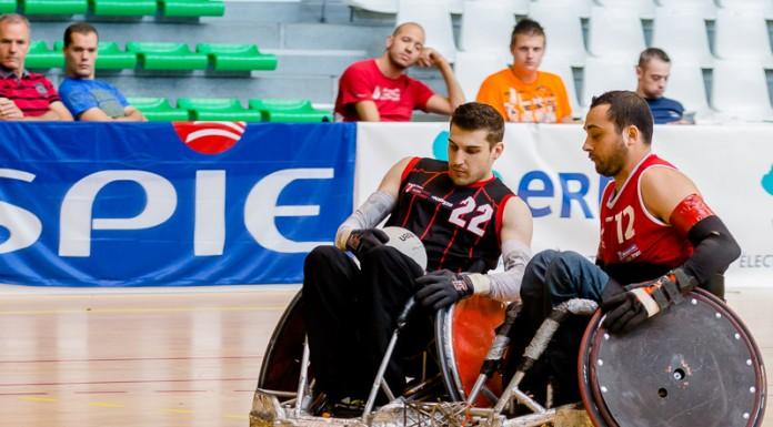 Nicolas RIOUX (12) de SELECTION France (France) accroche Rodolphe JARLAN (22) de STRH (France) avec le bumper de son fauteuil