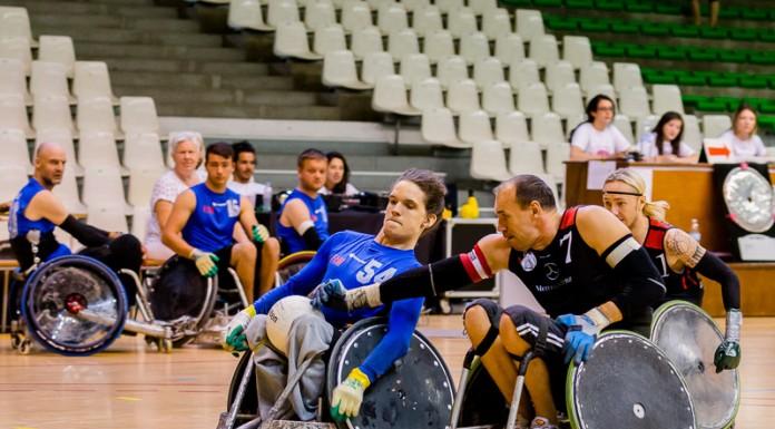 Kristian ERIKSEN (54) de FHI FALCONS (Danemark) tente d'empecher Andre LEONHARD (7) de THE REBELS (Allemagne) de lui prendre le ballon