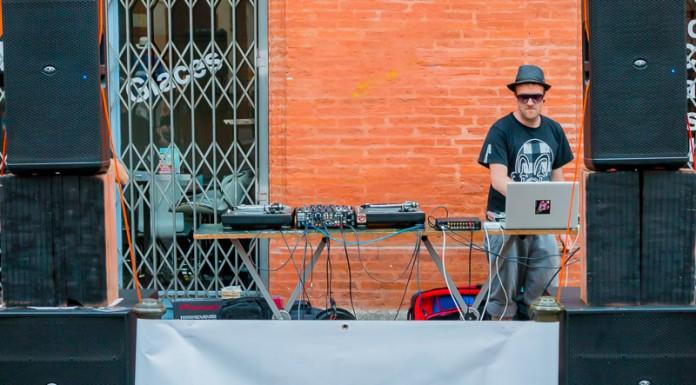Le DJ se cache derrière d'imposantes enceintes