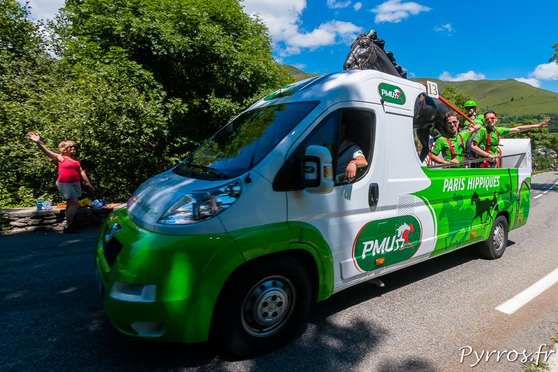Caravane Publicitaire du Tour de France dans le col de Peyresourde, PMU