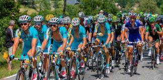 Tour de France dans le col de Peyresourde, le maillot Jaune, Vincenzo NIBALI (ASTANA) est protégé par son équipe