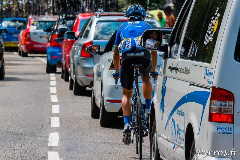 Tour de France dans le col de Peyresourde, José PIMENTA COSTA MENDES (TEAM NETAPP-ENDURA) est en difficulté dans les voitures