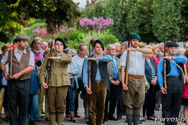 Devant le monuments de la Résistance et de la Déportation, les reconstituants participent à la cérémonie