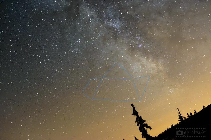 Saviez-vous que le centre de la constellation – l'astérisme – du sagittaire avait la forme d'une théière ? Cette constellation proche du centre de la galaxie est visible l'été en France, proche de l'horizon sud en début de nuit – Juillet 2014 - 1 photo / Nikon D800 + Sigma 50mm ART f/1.4 / ISO3'200 / 10s / f/2.8