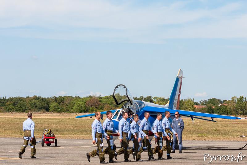 ddfa1a5cb40 Les pilotes de la Patrouille de France marchent vers leur avion
