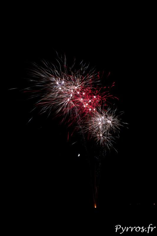 L'Union tire un feu d'artifice sur le stade de Saint Caprais, la lune se laisse apercevoir entre les bombes