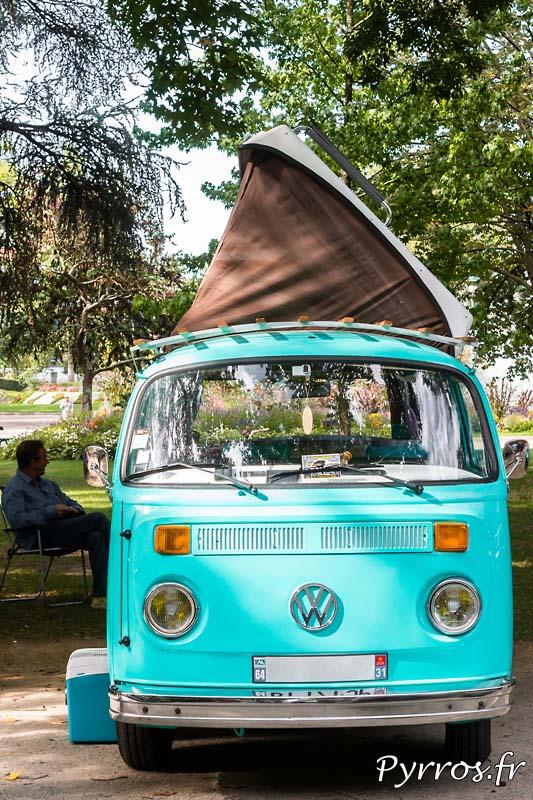 Volkswagen Combi, le propriétaire est à l'arrière il discute Combi