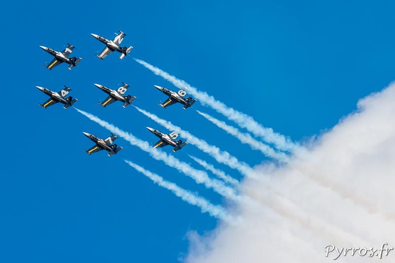 Les Breitling Jet Team jouent avec les nuages en formation Calysto