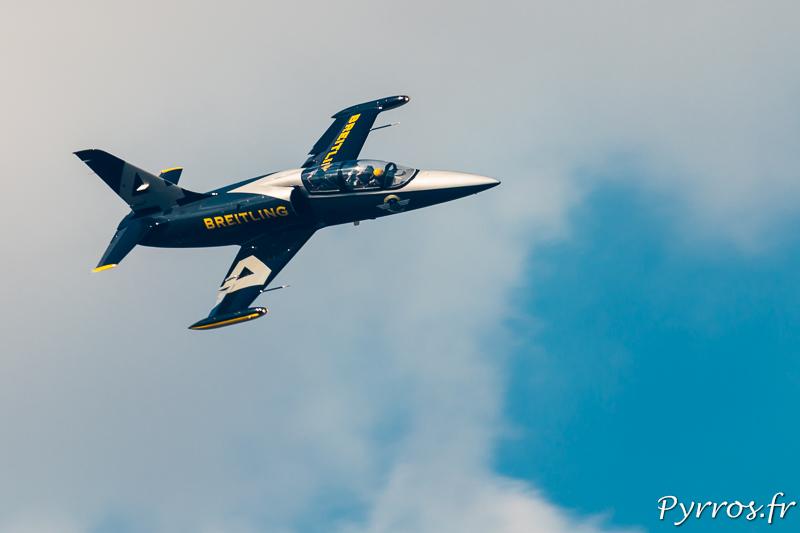 Le pilote effectue un passage à pleine vitesse