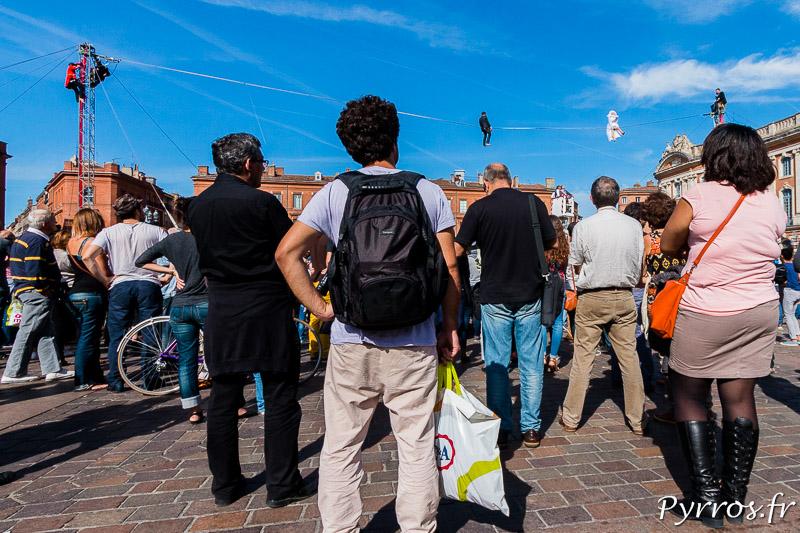 Le public est nombreux pour assister à la reproduction du mariage de funambules
