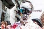 Malgré les vis dans le crane le zombie peut participer à la zombie walk 2014 de Toulouse
