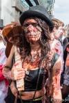 Un Zombie musicien à la marche des zombies 2014 de Toulouse